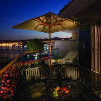 g19/rb_205_balcon_at_night.jpg